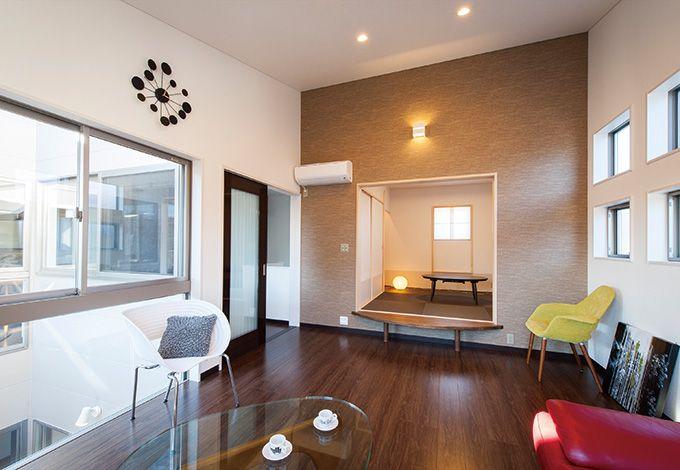 五朋建設【デザイン住宅、間取り、建築家】リビングに小上がりの和室を設け、客間スペースにも