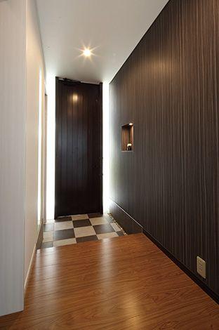 五朋建設【デザイン住宅、間取り、建築家】市松模様の玄関タイルと天然木の扉のバ ランスが美しい。アクセントとなるニッチ収納も ポイント