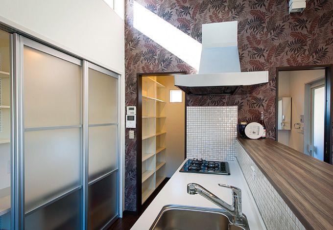 五朋建設【デザイン住宅、間取り、建築家】キッチン、パントリー、洗面脱衣室を集中して配置し、家事効率アップ