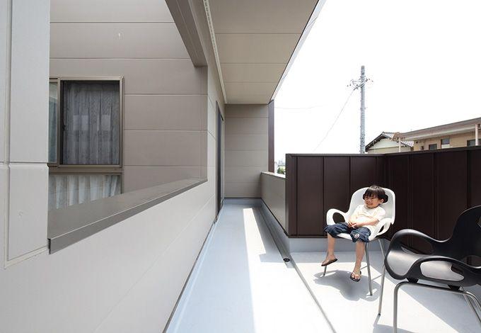五朋建設【デザイン住宅、間取り、建築家】ダイニングキッチンとリビングを外でつなぐテラス。今は子どもたちのおやつタイムにも大活躍