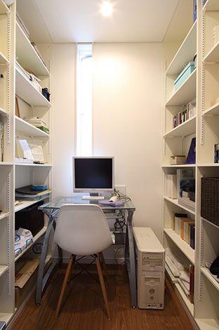 五朋建設【デザイン住宅、間取り、建築家】1階の大容量シューズ クロークの奥は、ご主人の書斎。ちょっとした遊び心がある秘密基地のよう