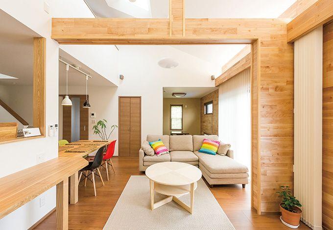 五朋建設【自然素材、間取り、ペット】梁と造り付けのカウンターの木の温もりが特徴的なリビングダイニング。天井のトップライトと右手の大窓から、光が差し込み明るく開放的