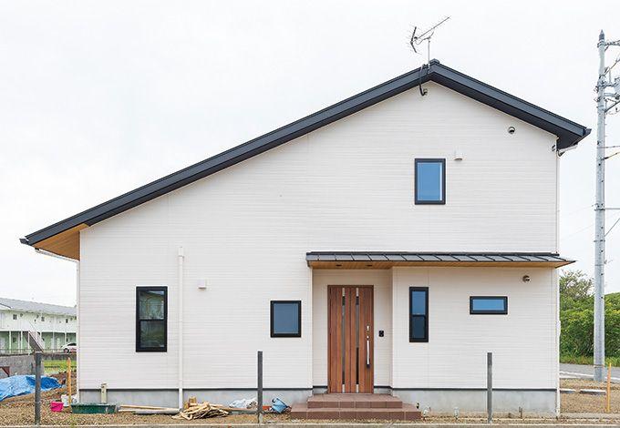 五朋建設【自然素材、間取り、ペット】どっしりと落ち着いた外観。大屋根には4kwの太陽光パネルを設置している。外構はご主人自らつくっている最中だ