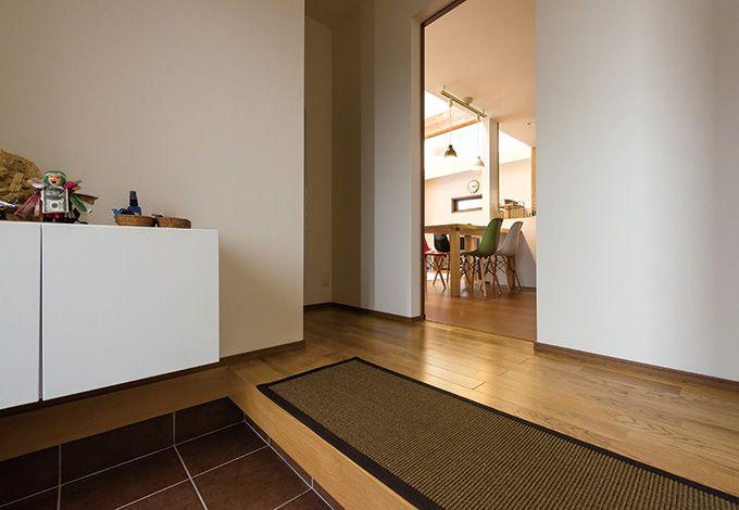 五朋建設【自然素材、間取り、ペット】上り框(かまち)には、木目が美しいナラのムク材を使用し、玄関に高級感を生み出した