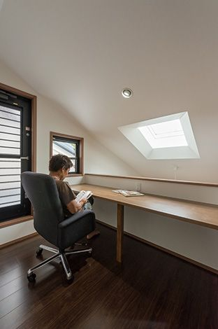 五朋建設【自然素材、間取り、ペット】2階ホールのカウンター。トップライトから光が差し込み、リビングを見下ろせる特等席は、ご主人の書斎や家事コーナーに