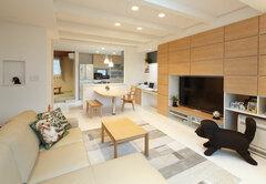 白を基調に実現 ペットと過ごす屋上庭園付き3階建て住宅