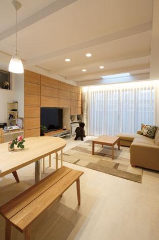 五朋建設【デザイン住宅、狭小住宅、屋上バルコニー】床材は愛犬アルちゃんの腰に負担を掛けない素材で、水に強く掃除も簡単。照明は寿命の長いLEDを全室に採用した