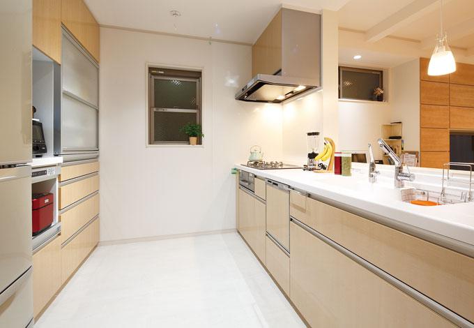 五朋建設【デザイン住宅、狭小住宅、屋上バルコニー】奥さまとお母さまが一緒に料理できるよう、作業スペースの幅を広く設計したキッチン