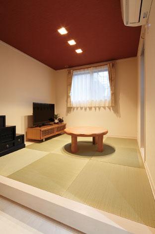 五朋建設【デザイン住宅、狭小住宅、屋上バルコニー】天井の色合いを変え落ち着いた雰囲気に演出した小上がりの畳スペースは、家事の合間の一休みに役立っている