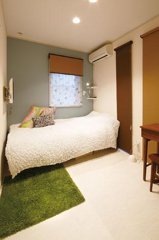 五朋建設【デザイン住宅、狭小住宅、屋上バルコニー】東京に住むお嬢さんの部屋は、ブルーグレーの壁紙でお洒落な北欧風に