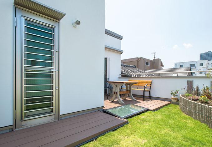 五朋建設【デザイン住宅、狭小住宅、屋上バルコニー】青々とした芝生、花壇を彩る草花が素敵な屋上庭園。寝室からそのまま出られるのが一番のお気に入 り。隣家を気にせずBBQも楽しめる