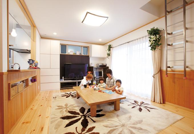 五朋建設【子育て、収納力、趣味】家族が集う明るいLDK。息子さんお気に入りの梯子は上階の子ども部屋に続く