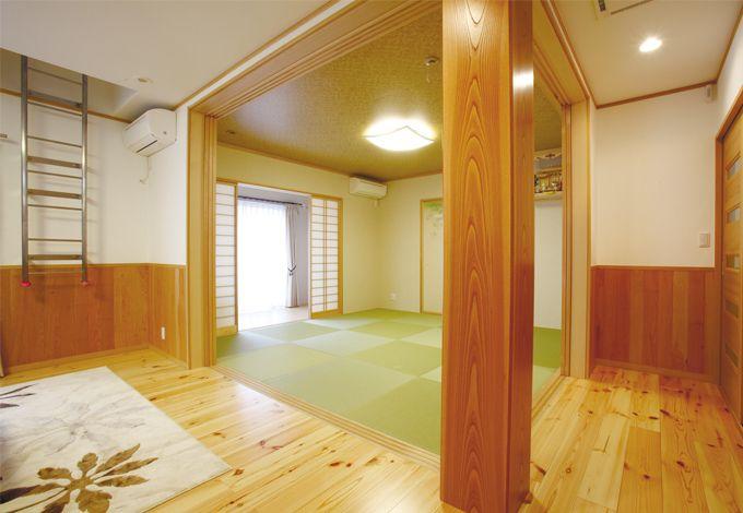 こだわりの大黒柱はケヤキ、フロアは無垢のパイン材、腰板は杉を使用