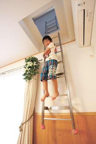 五朋建設【子育て、収納力、趣味】2 階の子ども部屋へ続く梯子はご主人のアイデア