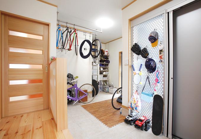 玄関横の広い収納スペース。トレーニング室としても利用