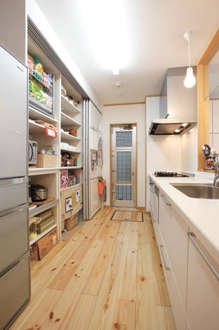 五朋建設【子育て、収納力、趣味】奥様お気に入りのキッチン。左の収納棚は扉を閉めると中が全く見えず、外から見てもスッキリ!