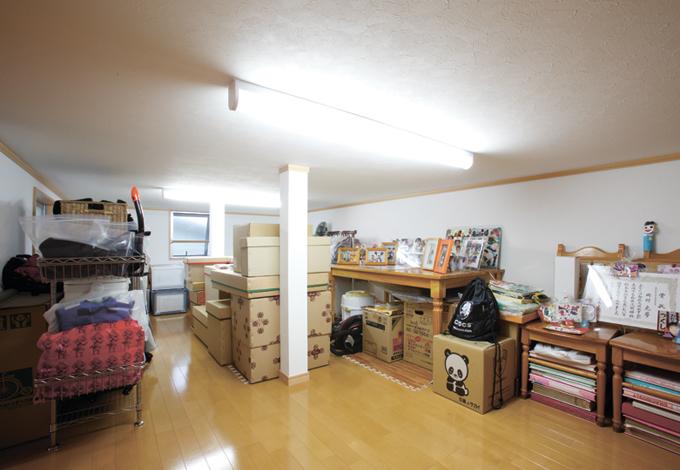 広い屋根裏収納。荷物が増えても余裕で収納
