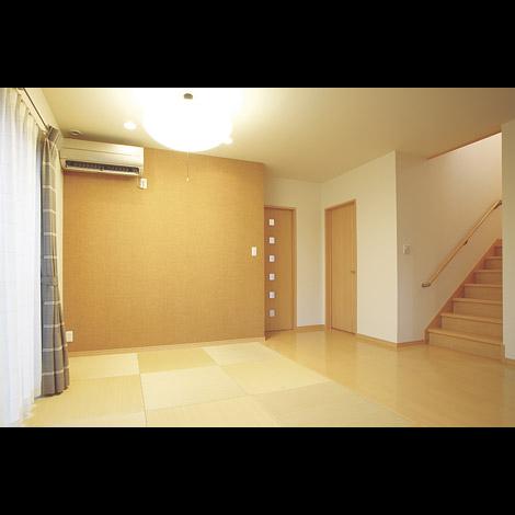 五朋建設【1000万円台、和風、間取り】畳コーナー側の壁紙は和テイストの茶系をチョイスし空間のアクセントに