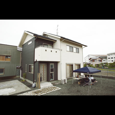五朋建設【1000万円台、和風、間取り】アイボリーと黒の木目調外壁が現代的な和の印象。雨樋やガスメーターも外壁と同じ色に塗装して統一感UP