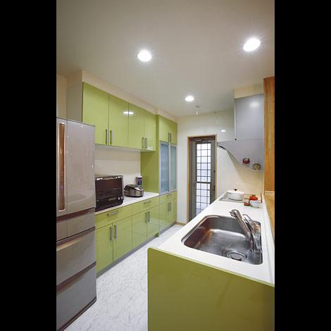 キッチンシンク横の化粧版は特注で同色を設置。「リビングからよく見える場所なので、つけて正解でした」