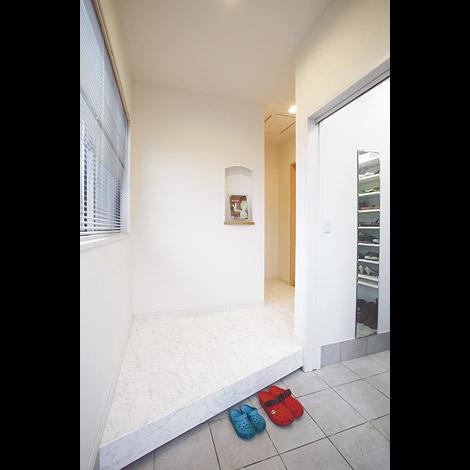 白い大理石調フローリングは踏み心地が柔らかで手入れもラクな優れモノ。キッチンと洗面所もお揃いで