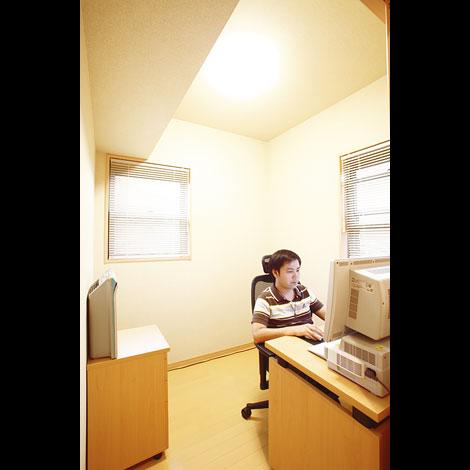 天井が高く数字以上の広さを感じる書斎。ご主人のお気に入り