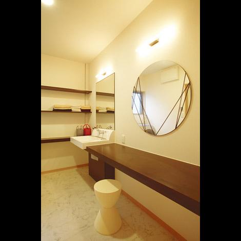 家族が増えてもゆったり身支度できるよう、洗面所は広く、鏡を二つ並べて