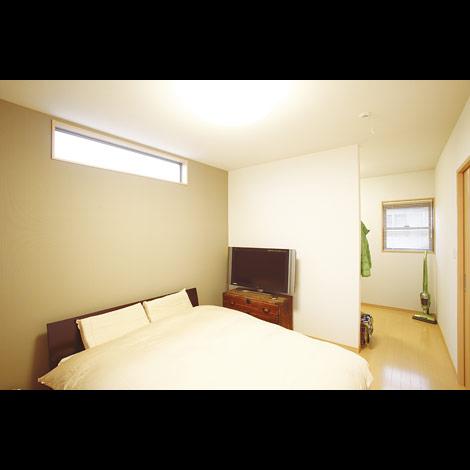 「夜になると高窓から星が見えるんですよ」寝室の高窓は西日を防ぎながら明るさは取り込む工夫。広めのウォークインクローゼットも併設した