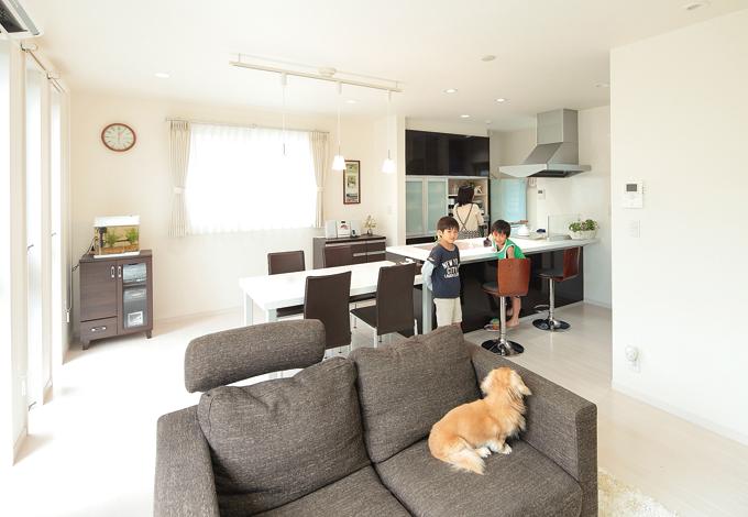 五朋建設【1000万円台、収納力、ペット】21.5 畳のゆったりしたLDKは、明るく清潔感が感じられる空間