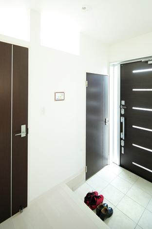 五朋建設【1000万円台、収納力、ペット】玄関脇のドアからシューズクロークへ。手前 のドアから玄関ホールへ