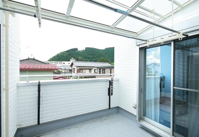 五朋建設【1000万円台、収納力、ペット】道路からの視線を考慮して壁を高くした2階バルコニー