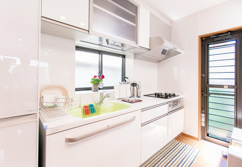 五朋建設|広くて明るいキッチンスペース。洗面バスルームへの動線もよく、家事もはかどる