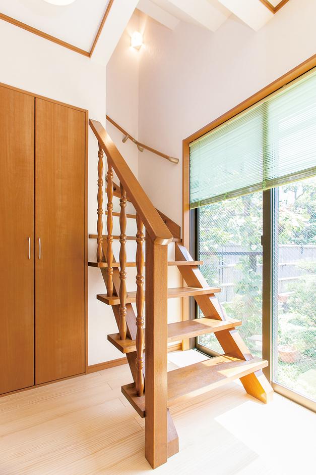 五朋建設|元からあったLDK奥の階段手摺は長さを切って再利用。庭の景観も楽しめる癒しスペースは旦那さまのお気に入り