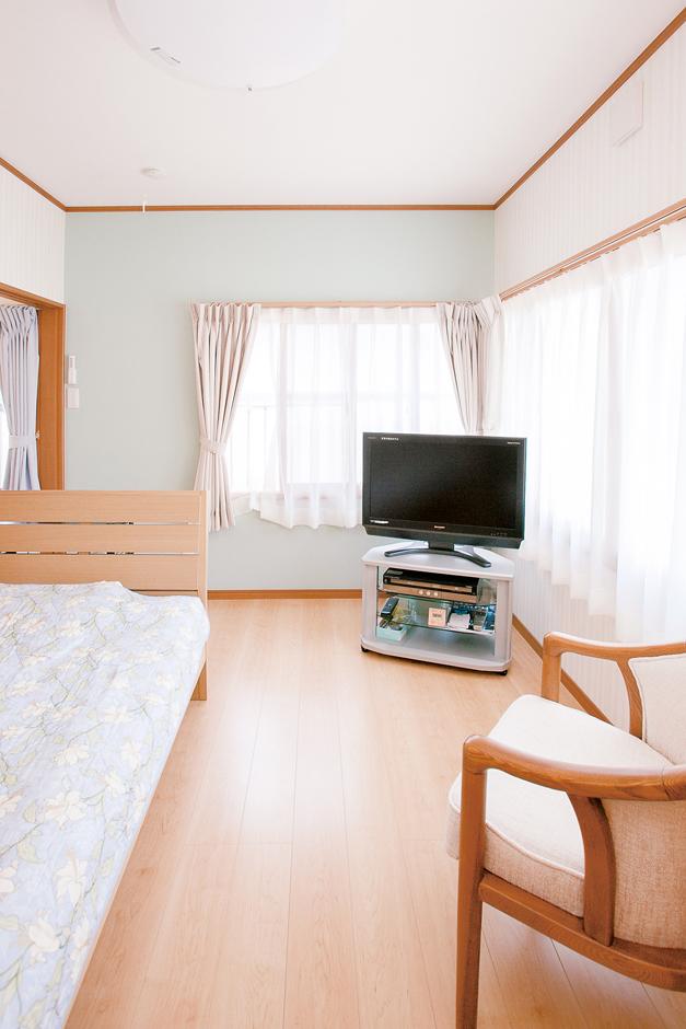 五朋建設|2階、奥さま専用の部屋。白と水色の壁紙が爽やかな雰囲気