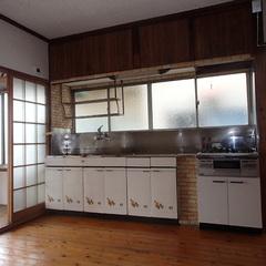 """壁に向かって配置されていた""""台所""""は、調理・片づけ中の奥さまが孤立してしまいがち。長年使ったなじみはあるが、設備も古くなってそろそろ買い替えを検討していた"""
