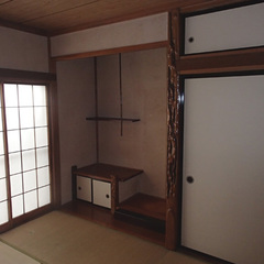 床の間のある真壁仕様の和室。6畳が2間つながっていたが、ふすまと壁で中途半端に仕切られ、使いづらかった