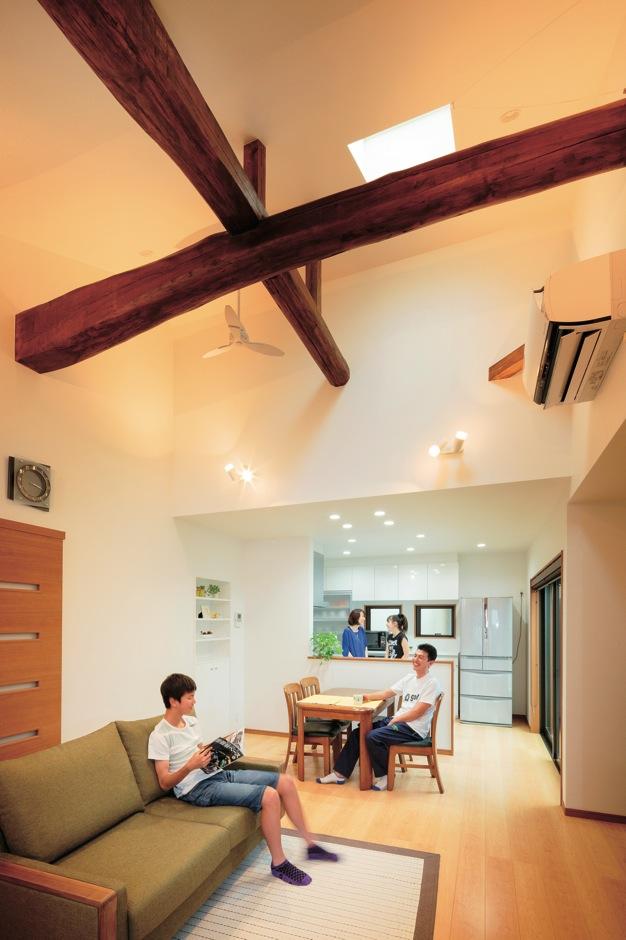 リビング側の天井は梁を出した勾配天井にして、開放感のあるLDKに。以前のDKでは、奥さまの孤立感が強かったが、対面キッチンで家族と過ごせる時間も増えた