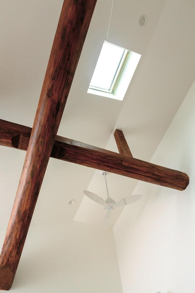 明るめのフローリングのモダンな空間に合わせるため、敢えて深みを抑えて塗装をした梁。新たに断熱材も入れ、吹き抜けでも冬暖かく快適な空間に。天窓を付け採光も確保