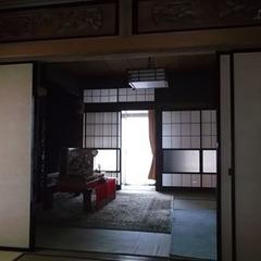 2世帯住宅の、主に両親が利用している1階にあった二間続きの和室。広縁や床の間、仏間があり広さも充分だったが、北向きで日中は暗く、来客時以外はほとんど使われることがなかった