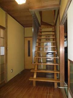 下部が奥の和室との通路になっていて、広さは感じるがあまり実用的でなかったストリップ階段。1段ごとの段差も大きかった