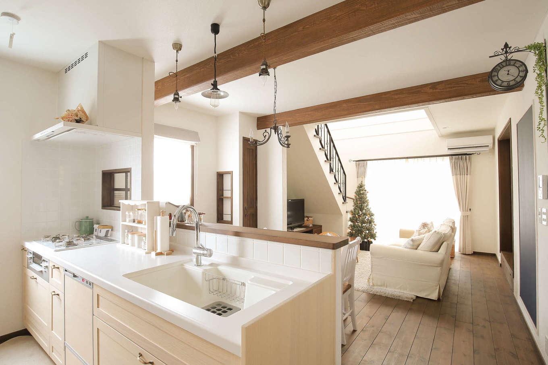 サンエフホーム【デザイン住宅、輸入住宅、自然素材】キッチンからの眺め。木製の窓や白いタイルが奥さまのお気に入り