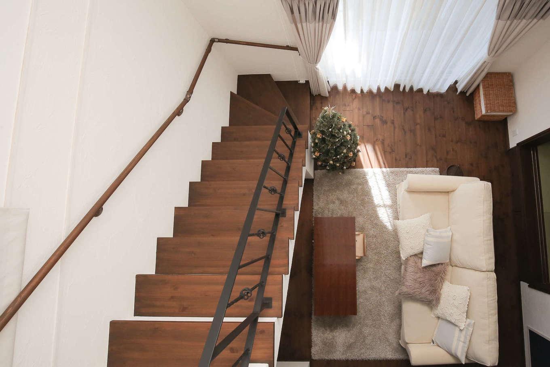 サンエフホーム【デザイン住宅、輸入住宅、自然素材】階段のアイアン手すりも造作。これだけ大きい吹抜けがありながらも、高い断熱性で寒暖差が少ない