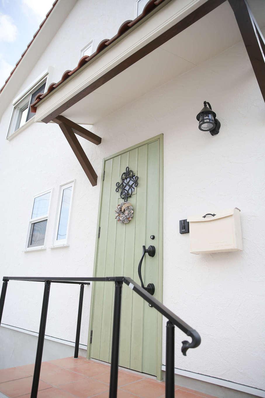 サンエフホーム【デザイン住宅、輸入住宅、自然素材】玄関扉は奥さまの希望で緑色に。ポストや照明などディテールにこだわった