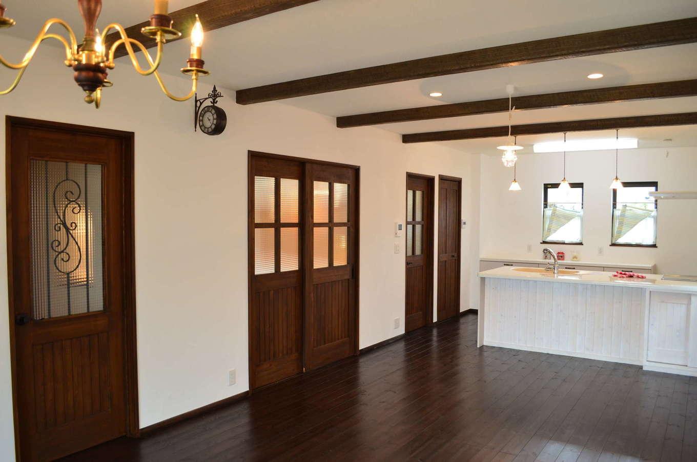 サンエフホーム【デザイン住宅、輸入住宅、自然素材】天井の化粧梁、床、扉を全てウォールナット色で揃え、重厚で高級感のある空間に