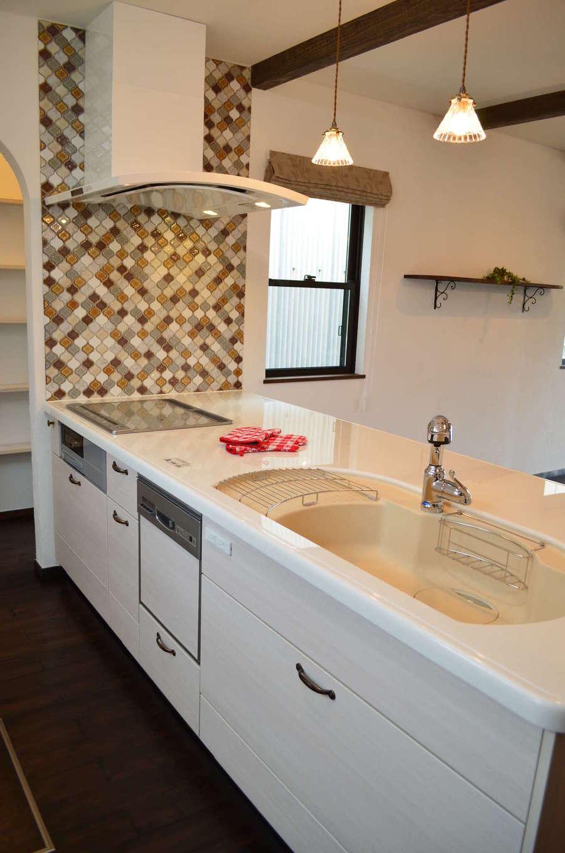 サンエフホーム【デザイン住宅、輸入住宅、自然素材】奥さまお気に入りのコラベルタイルを使ったキッチン。横のパントリーは勝手口と繋がっている