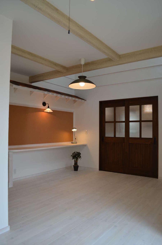 サンエフホーム【デザイン住宅、輸入住宅、自然素材】ご夫婦こだわりアトリエルーム。コルクボードはカメラマンの旦那さんが写真を展示するのに使用している