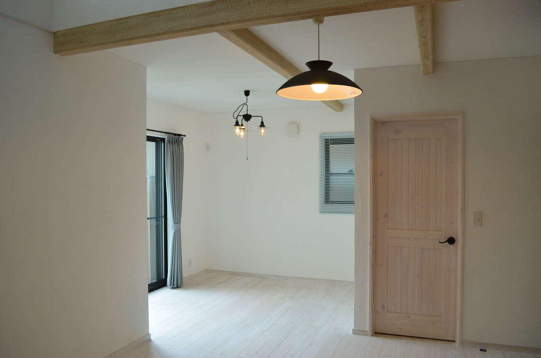 サンエフホーム【デザイン住宅、輸入住宅、自然素材】アトリエルームの奥は奥さまの着付けスペース。LDKとは違い、清潔感のある白で統一された空間になっている