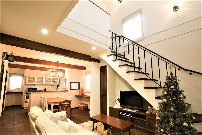 サンエフホーム【デザイン住宅、輸入住宅、自然素材】18.25畳のLDK。リビング階段がある吹抜けからの光が部屋全体を暖かく照らしてくれる。階段下のスペースにはオーダーのテレビ台を設けて有効活用