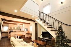 リビング階段と吹抜けが心地いいカフェスタイルのおうち