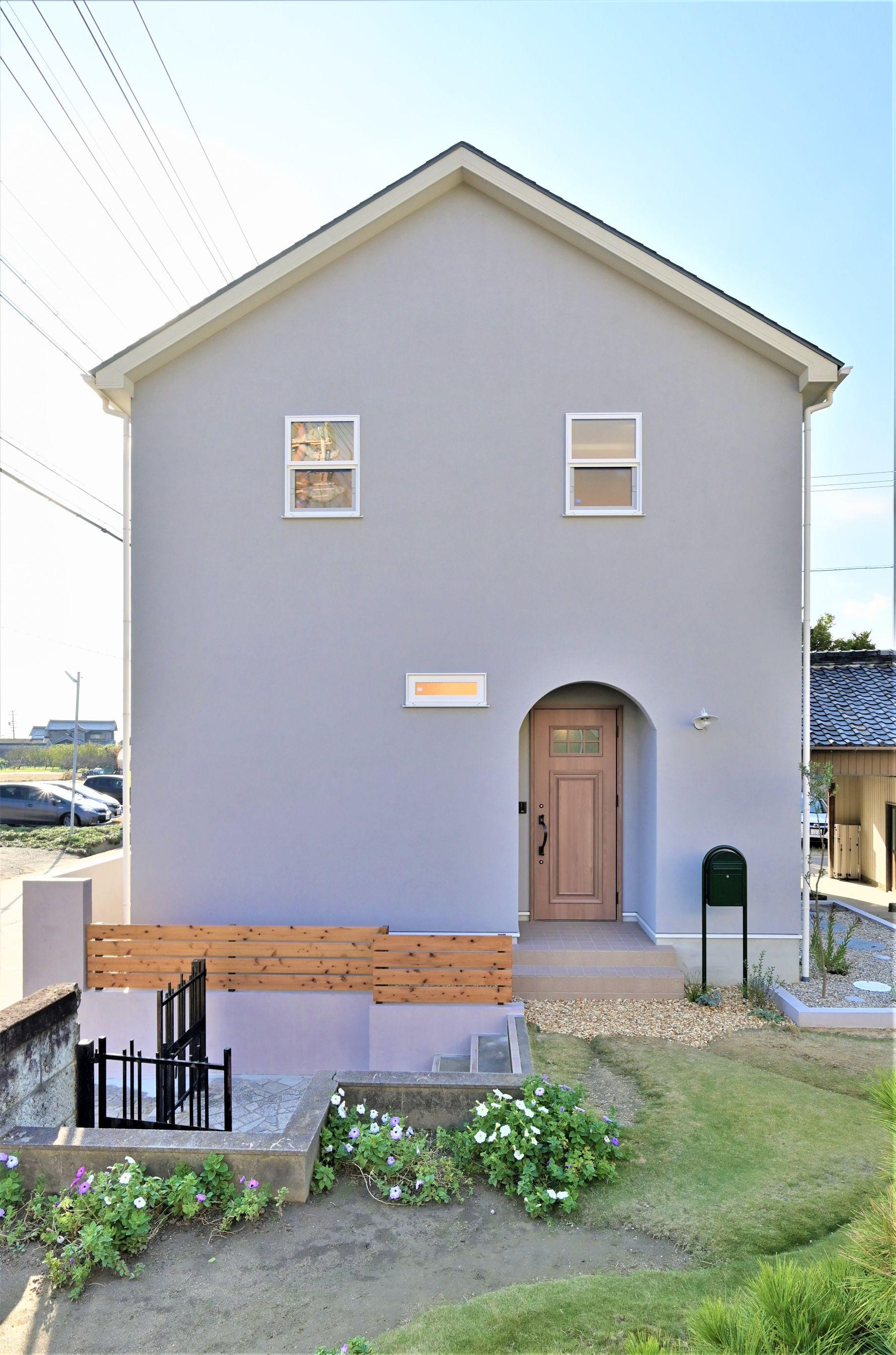 サンエフホーム【デザイン住宅、収納力、自然素材】周囲の景観によく合う三角屋根の可愛い外観